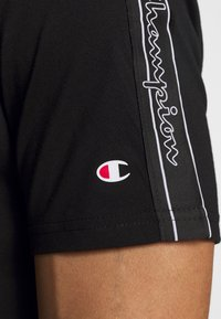 Champion - LEGACY TAPE CREWNECK - Print T-shirt - black - 5