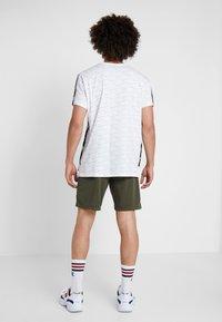 Champion - RUN BERMUDA - Sports shorts - dark green - 2