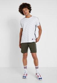 Champion - RUN BERMUDA - Sports shorts - dark green - 1
