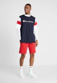Champion - LOGO BERMUDA - Sports shorts - rio red - 1