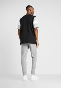 Champion - LOGO RIB CUFF PANTS - Verryttelyhousut - light grey melange - 2