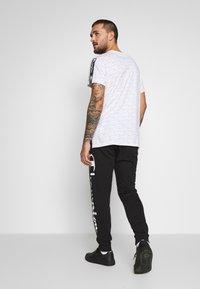 Champion - BIG LOGO CUFF PANTS - Pantalones deportivos - black - 2