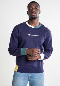 Champion - CREWNECK - Sweatshirt - eclipse/off white a/heliopis yellow/mallard green - 0