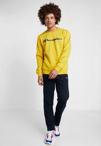 Champion - CREWNECK  - Collegepaita - mustard yellow - 1
