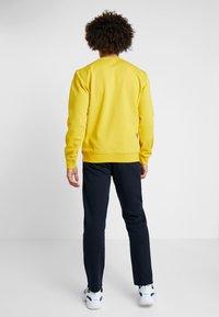 Champion - CREWNECK  - Collegepaita - mustard yellow - 2