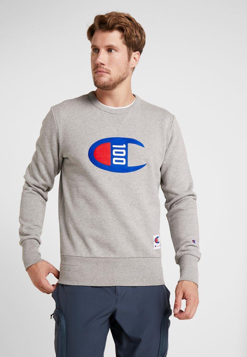 Champion - CREWNECK 100TH ANNIVERSARY - Fleece jumper - oxy grey