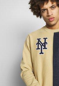 Champion - MLB NEW YORK YANKEES CREWNECK - Klubové oblečení - beige/dark blue - 3