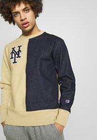 Champion - MLB NEW YORK YANKEES CREWNECK - Klubové oblečení - beige/dark blue - 0