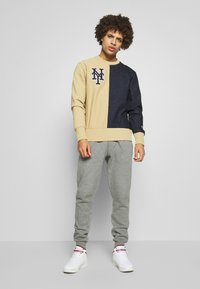 Champion - MLB NEW YORK YANKEES CREWNECK - Klubové oblečení - beige/dark blue - 1