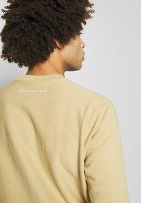 Champion - MLB NEW YORK YANKEES CREWNECK - Klubové oblečení - beige/dark blue - 5
