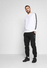 Champion - TAPE CREWNECK - Sweatshirt - white - 1