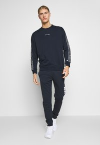 Champion - TAPE CREWNECK - Mikina - dark blue - 1