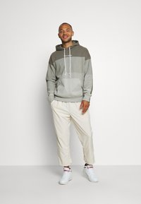 Champion - ROCHESTER ECO SOUL HOODED - Bluza z kapturem - taupe - 1