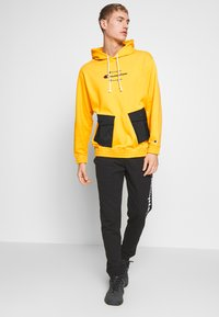 Champion - ROCHESTER WORKWEAR HOODED - Mikina s kapucí - mustard yellow - 1
