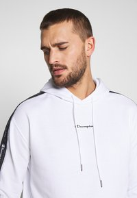 Champion - TAPE HOODED - Bluza z kapturem - white - 3