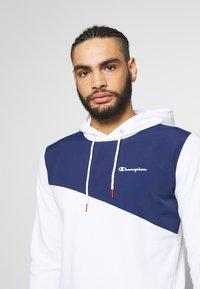 Champion - BLOCK HOODED  - Bluza z kapturem - white/dark blue - 3