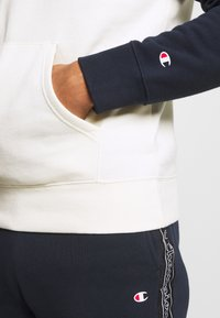Champion - LEGACY COLOR HOODED - Hoodie - off white/dark blue - 5