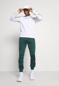 Champion - LEGACY TAPE CREWNECK - Sweatshirt - white - 1