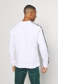 Champion - LEGACY TAPE CREWNECK - Sweatshirt - white - 2