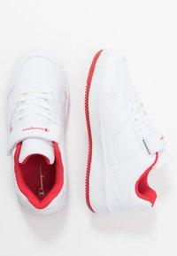 Champion - LOW CUT SHOE REBOUND - Basketbalové boty - white/red - 0