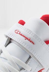 Champion - LOW CUT SHOE REBOUND - Basketbalové boty - white/red - 2