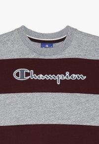 Champion - ROCHESTER VARSITY CREWNECK - Triko spotiskem - mottled grey/dark red - 3