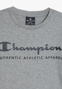 Champion - AMERICAN CLASSICS CREWNECK - Triko spotiskem - grey melange - 4