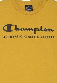 Champion - AMERICAN CLASSICS CREWNECK - Print T-shirt - mustard yellow - 3