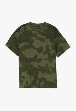 AMERICAN CLASSICS MAXI LOGO CREWNECK - T-shirts med print - khaki