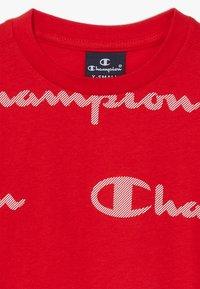 Champion - LEGACY AMERICAN CLASSICS CREWNECK  - T-shirt med print - red - 2