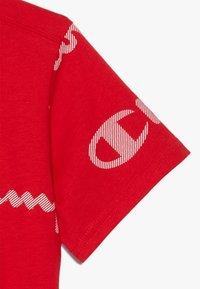 Champion - LEGACY AMERICAN CLASSICS CREWNECK  - Print T-shirt - red - 4