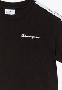 Champion - LEGACY AMERICAN CLASSICS CROP  - Print T-shirt - black - 4