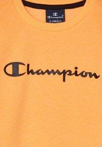 Champion - LEGACY AMERICAN CLASSICS FLUO CREWNECK  - Felpa - orange - 2