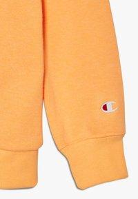 Champion - LEGACY AMERICAN CLASSICS FLUO CREWNECK  - Felpa - orange - 4