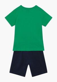 Champion - LEGACY GRAPHIC SHOP SET - Sportovní kraťasy - green/dark blue - 1