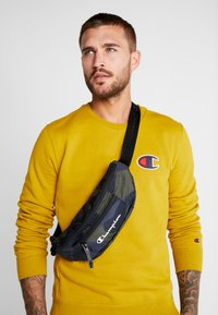Champion - BELT BAG - Riñonera - olive - 5