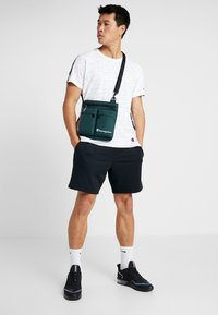 Champion - MEDIUM SHOULDER BAG - Sac bandoulière - dark green - 1