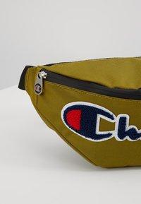 Champion - BELT BAG ROCHESTER - Bandolera - dark yellow - 7