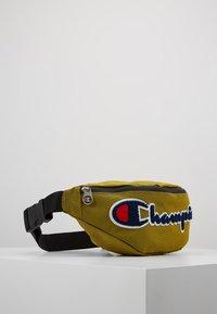 Champion - BELT BAG ROCHESTER - Bandolera - dark yellow - 3