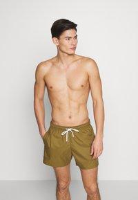Champion - PREMIUM  - Shorts da mare - olive - 0