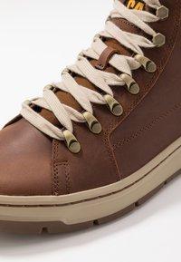 Cat Footwear - IRONDALE - Botines con cordones - peanut - 5