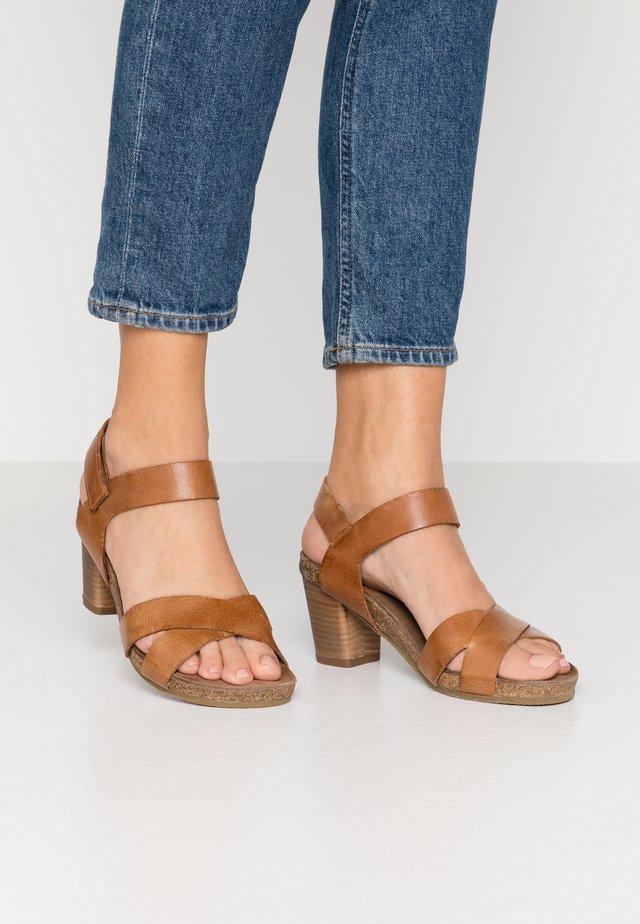 Sandaalit nilkkaremmillä - camel west