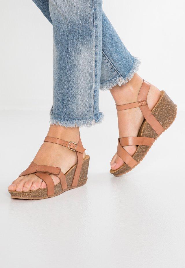 Sandały na platformie - beige vaquetta