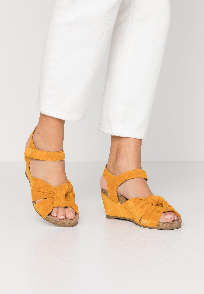 Ca'Shott - Sandály na klínu - sun