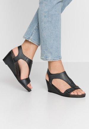 Sandály na klínu - black west