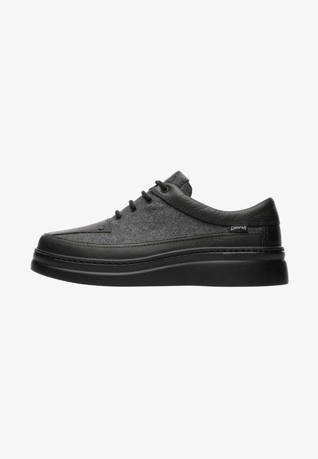 RUNNER UP - Zapatos con cordones - grey/black