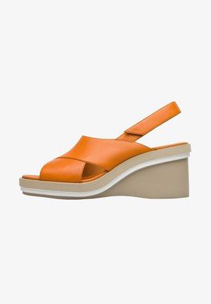 KYRA  - Sandály na klínu - orange