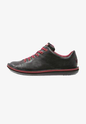 BEETLE - Zapatos con cordones - black/red