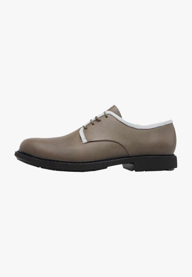 Zapatos con cordones - grün