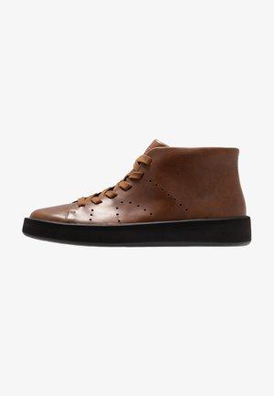 COURB - Sneakersy wysokie - medium brown